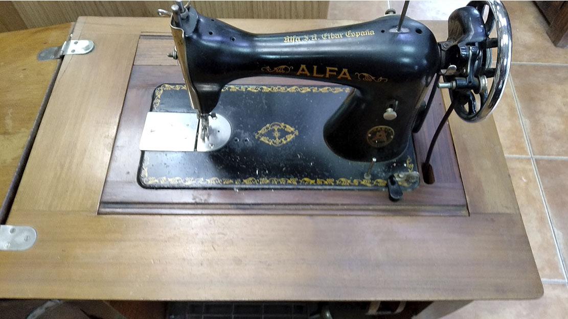 maquina de coser alfa restaurada com mueble sin restaurar