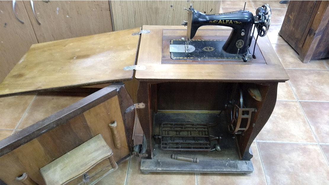 mueble de maquina de coser sin restaurar